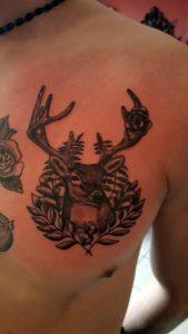 Tatouage cerf sur poitrine
