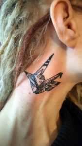 Tatouage dessin géométrique sur cou